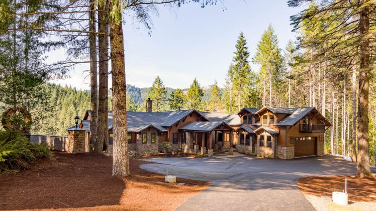 Spectacular Umpqua Riverfront Estate